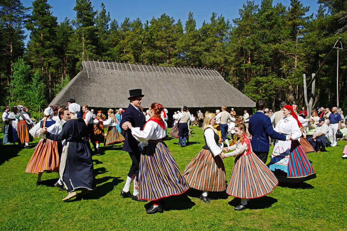 Kansantanssijat Viron ulkomuseossa Tallinnassa Virossa Kuva: Toomas Tuul