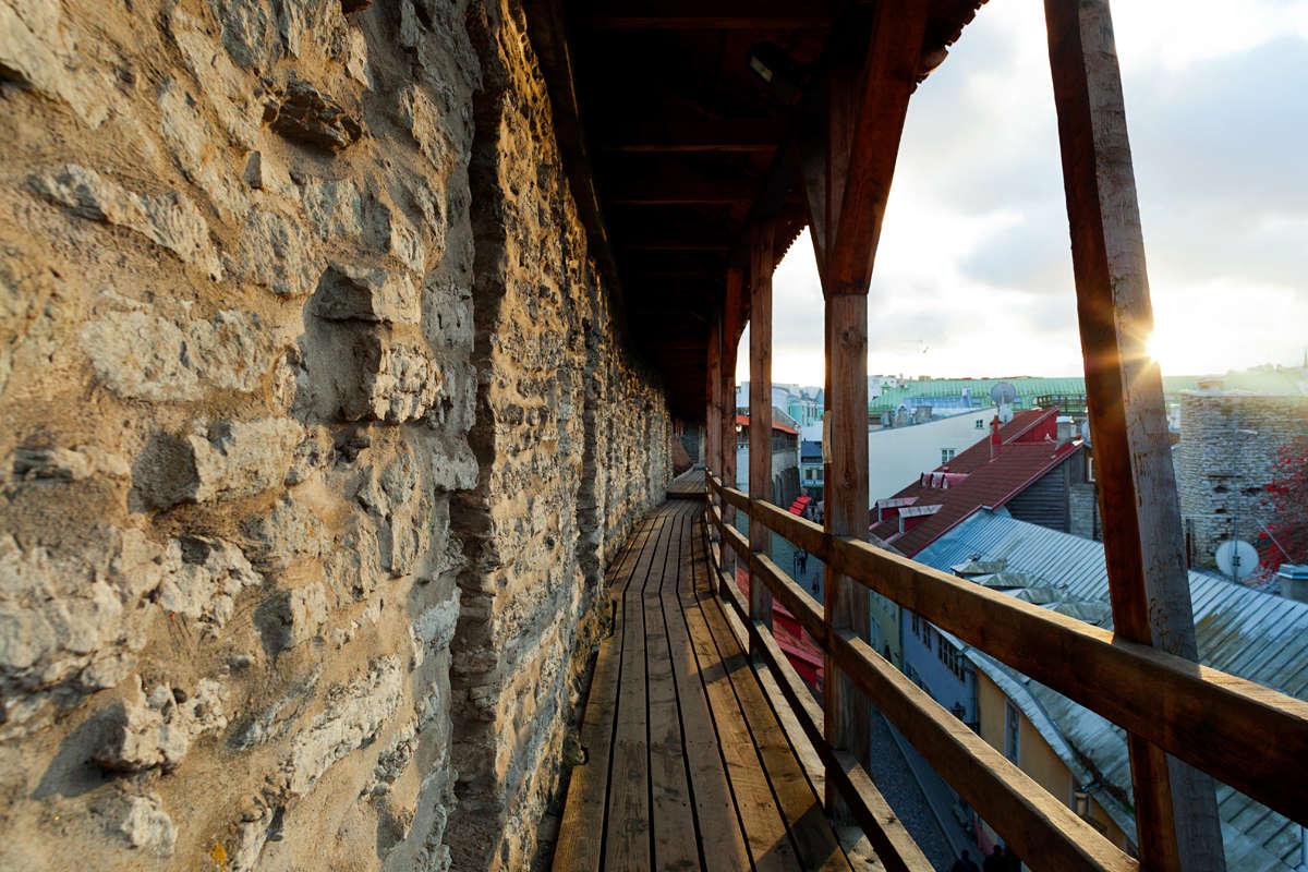 Hellemannin torni ja kaupunginmuuri. Näkymä muurille. Kuva: Paul Kuimet